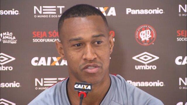 """Fabrício analisa momento do Atlético-PR: """"A gente meio que deu uma relaxada"""""""