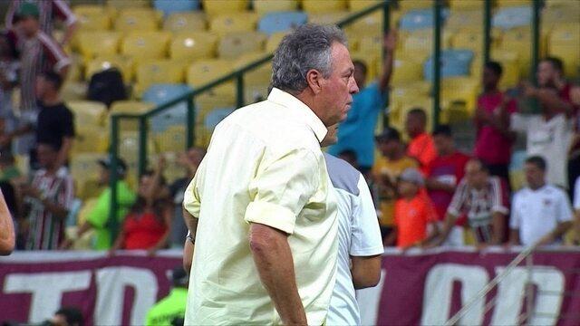 Abel Braga fica surpreso quando Robinho pega a bola para bater pênalti