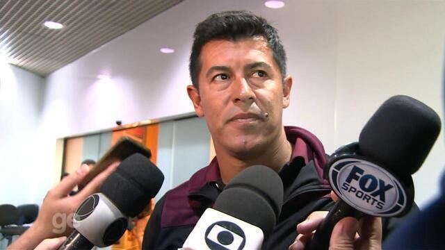 Técnico do Lanús fala com a imprensa na chegada a Porto Alegre