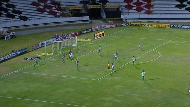 João Paulo recebe dentro da área e chuta cruzado, mas a bola passa por todo mundo 4' do 1T