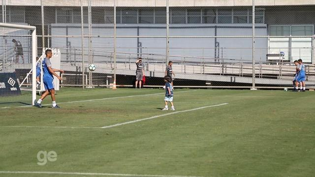 Após marcar gol que garante a vantagem do Grêmio, Cícero brinca com filho em Porto Alegre