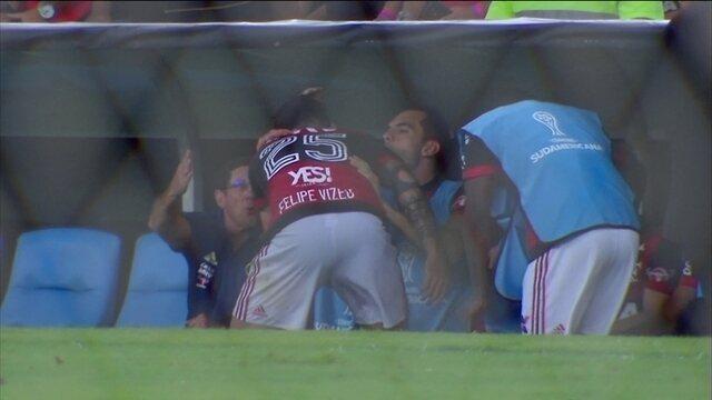 Vizeu corre para abraçar Rhodolfo após marcar contra o Junior Barranquilla