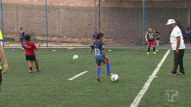Crianças participam de seletiva para integrar escolhinha de futebol em Santarém