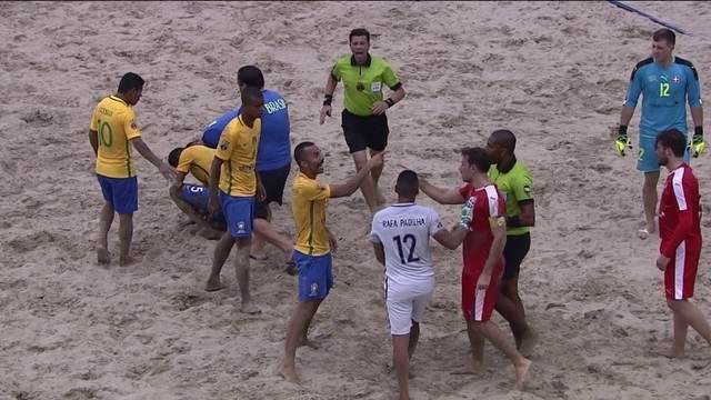 Jogadores de Brasil e Suíça discutem após falta da Suíça