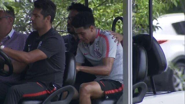 Marquinhos Gabriel deixa treino de maca após sentir lesão
