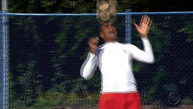 Em dia de folga, Elias Borges joga futevôlei e celebra boa fase do Sergipe