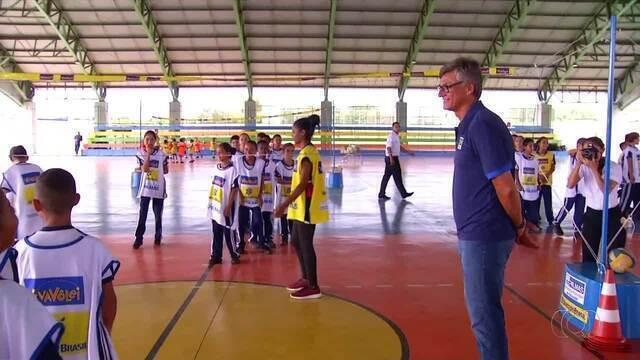 Técnico da seleção brasileira de vôlei participa de abertura de projeto em Palmas