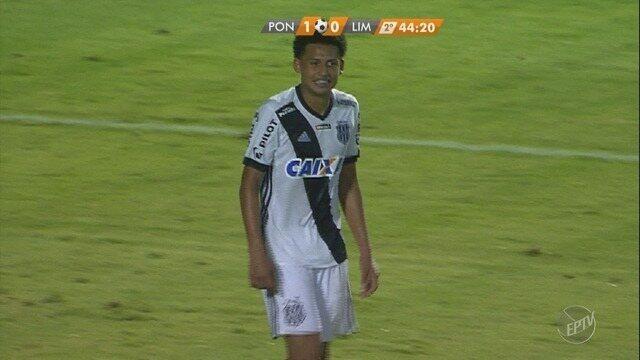 Fellipe Cardoso bate cruzado e a bola passa raspando a trave aos 44 do segundo tempo