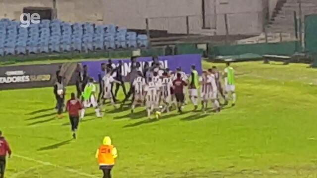 Em confusão na Libertadores sub-20, equatoriano se defende de adversário com bandeirinha