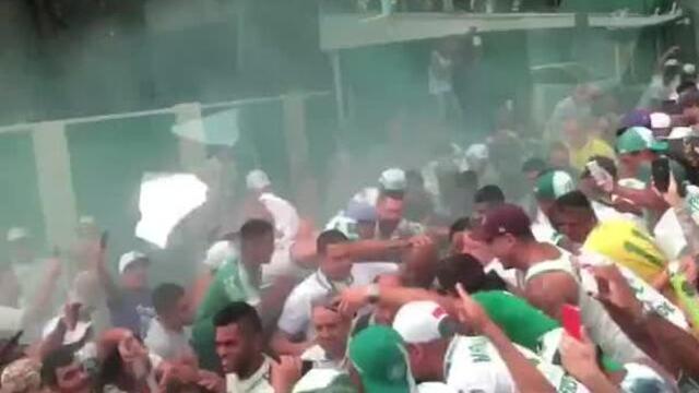 Felipe Melo mostra festa da torcida no CT na saída do Palmeiras para o Dérbi