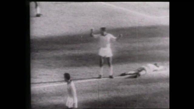 Erros de arbitragem: Nilton Santos comete pênalti, mas arbitragem dá fora da área em 1962