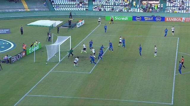 Léo Andrade desvia de cabeça, Pablo completa e perde grande chance para o Coritiba