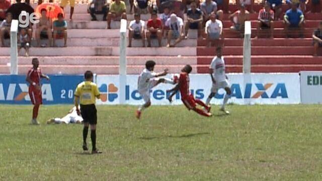 Zezinho dá uma voadora no peito do adverário em lance em Piripiri