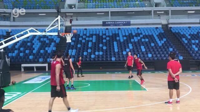 Jogadores de basquete do Flamengo brincam em treino e tentam repetir cesta de Boracini