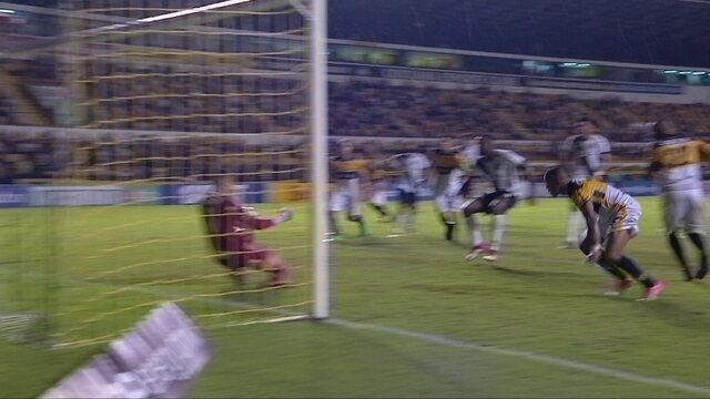 Alex Maranhão cobra falta, Liel manda para o gol e Ivan faz a defesa aos 46' do 2º