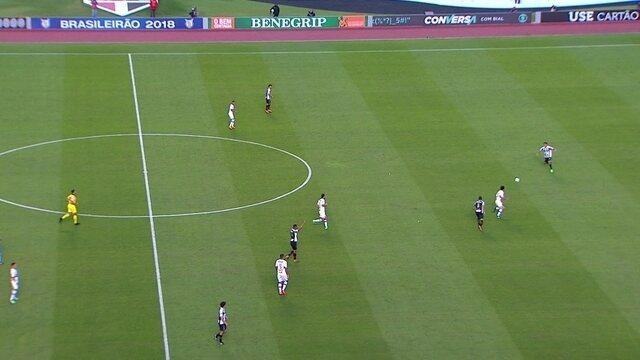 Hudson, do São Paulo, vai do meio até o ataque atrás da bola contra a defesa do Santos