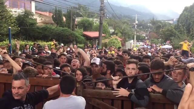 Torcedores causam tumulto no portão da Granja Comary para ver Seleção treinar