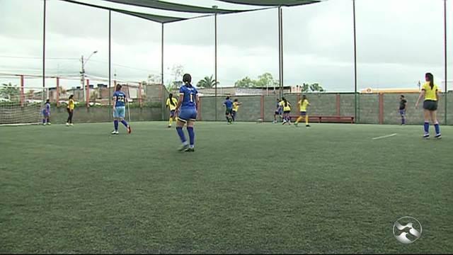 Mulheres treinam futebol no Caruaru City