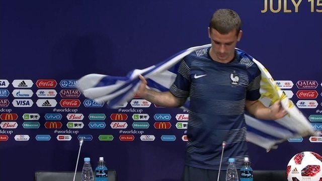 Griezmann se enrola na bandeira uruguaia em coletiva