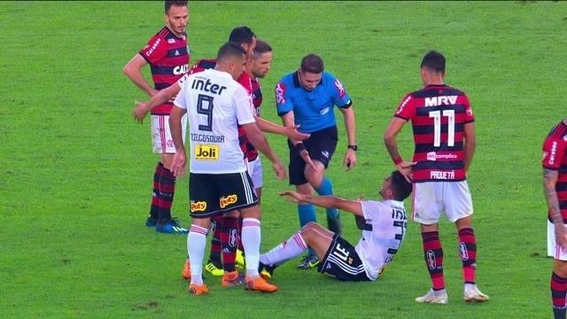 Comentaristas falam sobre cera dos jogadores do São Paulo contra o Flamengo