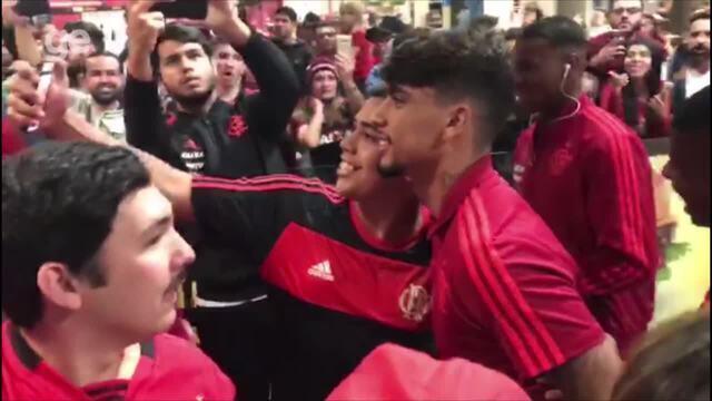 Flamengo desembarca em Curitiba com festa da torcida