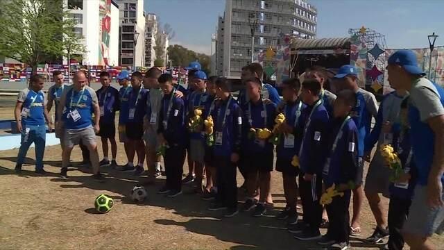 Tailandeses que ficaram presos em caverna encontram com atletas de futsal do Brasil