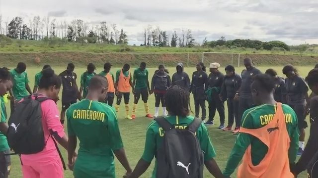 Seleção de Camarões orando depois do treinamento