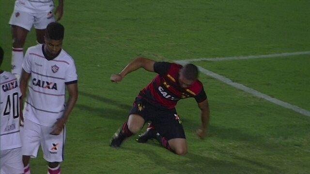 Felipe Bastos cobra escanteio, Adryelson vai e cabeceia para fora aos 31 do 2º