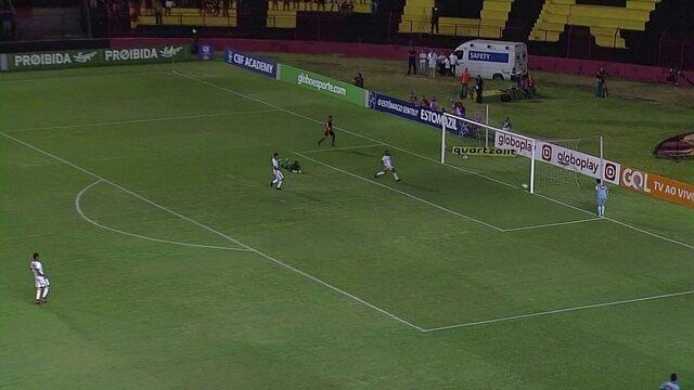 Matheus Gonçalves recebe lançamento e arrisca, mas manda na trave aos 36 do 2º
