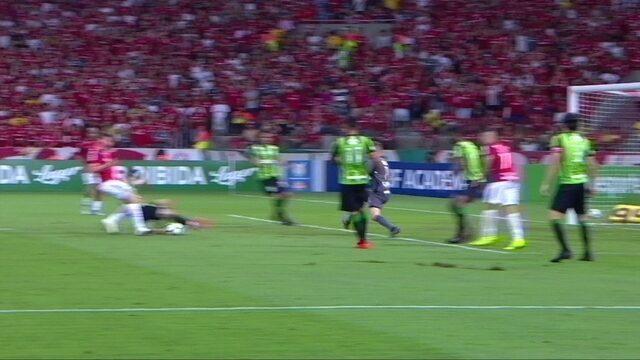 Bela jogada do Inter e Fabiano quase marca após passe de Nico López, aos 10' do 2ºT