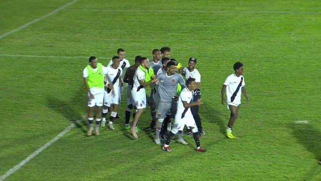Alexander pega três cobranças, e Vasco vence o Grêmio na disputa de pênaltis