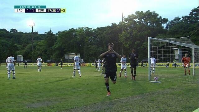 Gol do Corinthians! Lucas Piton pega o rebote e empata a partida, aos 47' do 1ºT