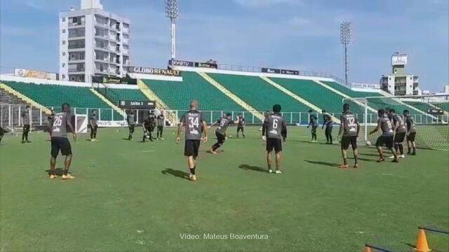 Jogadores do Figueira aquecem para treino que antecede duelo com o Joinville
