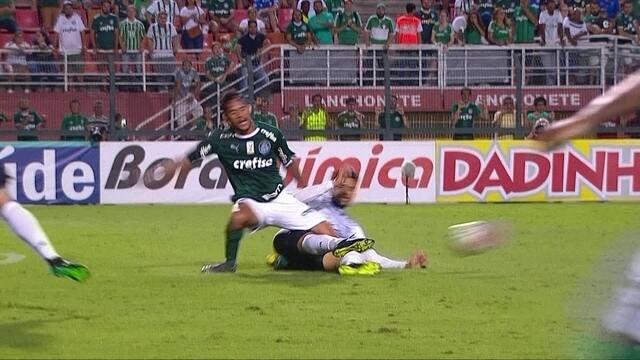 Gustavo Scarpa sofre falta violenta no primeiro tempo contra o Bragantino