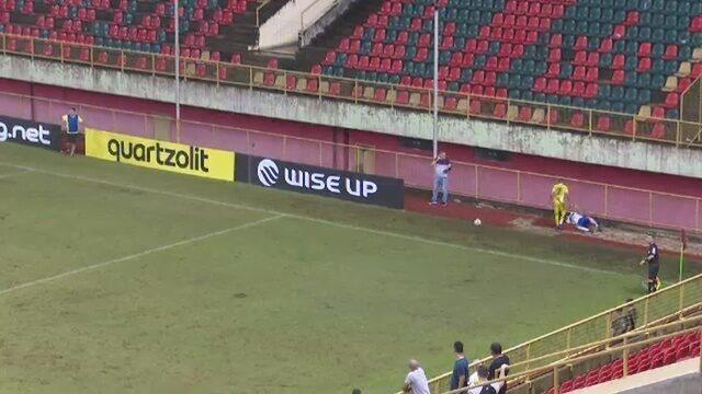 Lateral do Atlético-AC se choca com grande de proteção durante jogo do Acreano