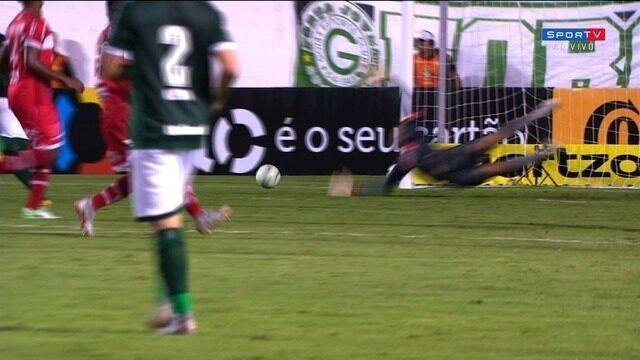 Após boa trama do Goiás, Marlone bate de fora da área e leva perigo, aos 42, do 2º tempo