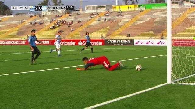 Goleiro da Argentina tenta encaixar e leva frango clássico contra o Uruguai no Sul-Americano Sub-17