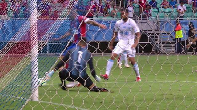 Fernandão recebe na área e chuta em cima do goleiro aos 26 do 2º tempo