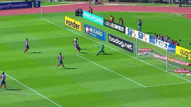 Tchê Tchê lança Toró, que chuta para grande defesa de Douglas, aos 8' do 1º tempo
