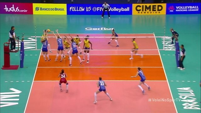 Paula enche o braço e marca o primeiro ponto da partida. Brasil sai na frente! 1º Set: 1x0