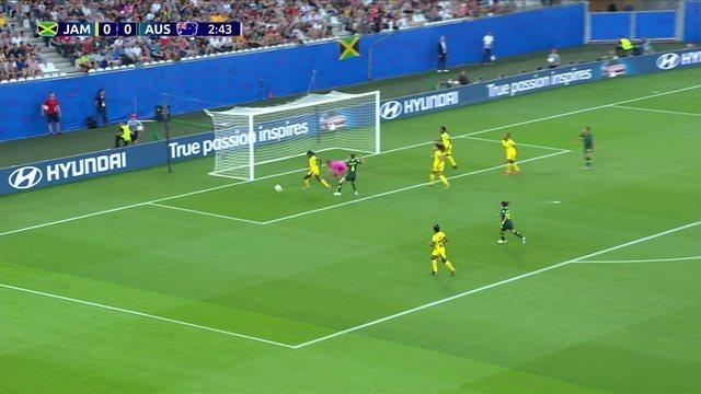 Austrália tenta cruzamento pela direita, mas não tinha ninguém para finalizar, aos 03' do 1º tempo