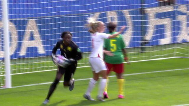 Zaga de Camarões atrasa a bola para goleira e temos tiro livre