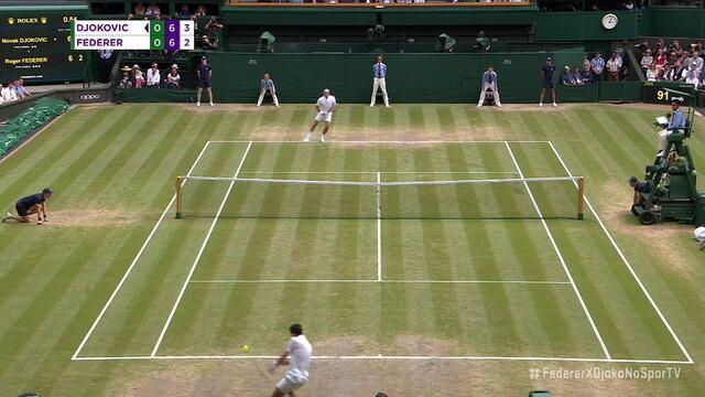 Federer busca a paralela no backhand e marca um pontaço