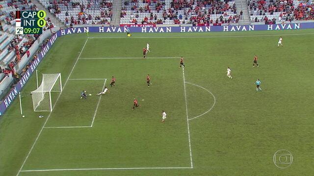 Lindoso cruza, Tréllez dá um carrinho e Santos faz grande defesa, aos 8' do 2º tempo