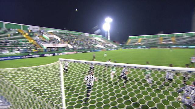 Efeito da bola em escanteio no jogo Chapecoense x Atlético-MG chama atenção