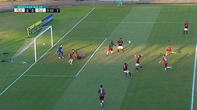Gomez pega sobra na área, mas pega mal na bola, aos 2 do 1º tempo