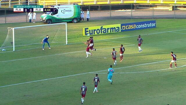 Ramon cruza novamente e Vitor Gabriel cabeceia para fora, aos 4 do 1º tempo