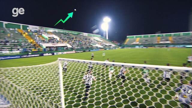 Sobrenatural: bola quica no ar na partida entre Chape e Atlético-MG