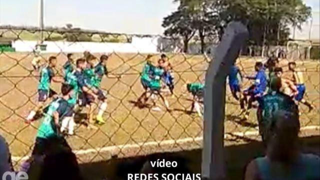 Briga generalizada entre jogadores de futebol em campeonato sub-17 no interior de SP