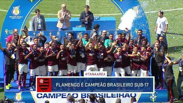 """Aos gritos de """"É campeão"""", Flamengo recebe título do Campeonato Brasileiro Sub-17"""
